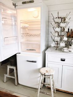 Home Appliances Craft - Whirlpool Appliances Kitchens - Stainless Steel Appliances Cleaning - Cool Home Appliances - Vintage Appliances Wood Burning - Kitchen Aid Appliances, Vintage Appliances, Small Appliances, Kitchen Countertops, Kitchen Refrigerators, Electrical Appliances, Smeg Fridge, Retro Fridge, Small Refrigerator