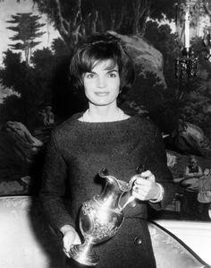 Durante las décadas de los años 60 y 70 uno de los personajes más famosos y controvertidos que más portadas y reportajes protagonizó en la llamada prensa del 'papel cuché' fue sin lugar a dudas Jacqueline Kennedy. Su primer matrimonio con John F. ...