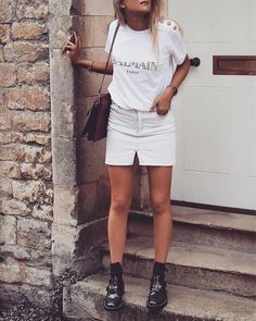 Fashion Bloggers Making Slogan Tees Look Lux | Featuring Sinead Crowe #LogoTee #SloganTshirt #Streetstyle #FashionBloggers #FashionStyle How to wear a #logo #tee