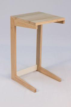 Mesa Nerd. Esa que pones al lado del sillon o cama para apoyar la tablet, la laptop, o la taza con cereales mientras ves la tele. Medidas: 65cm de alto x 35cm x 35cm. En madera de Eucalipto tambien.