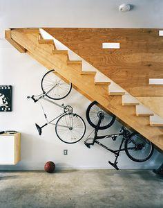 La montée risque d'être rude ! Indoor Bike Storage, Bicycle Storage, Bike Indoor, Indoor Bike Stand, Indoor Outdoor, Stair Shelves, Stair Storage, Staircase Storage, Staircase Ideas