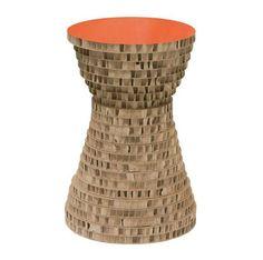 Le tabouret/guéridon « Sans dessus dessous » est laqué en carton nid d'abeille recyclé. La face laquée existe aussi en noir ou en bleu. 85 €.