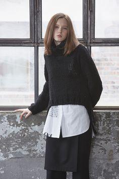 고아라 착용 Over Size 스웨터로 셔츠나 티셔츠에 Layered하여 연출할 수 있는 Item입니다. JUST IN STYLE oversize knit T-SHIRT