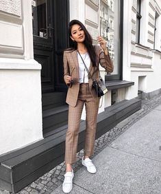 Pin by tiger eye on fashion haine casual, haine, modă feminină. Casual Work Outfits, Business Casual Outfits, Professional Outfits, Mode Outfits, Office Outfits, Classy Outfits, Suit Fashion, Work Fashion, Womens Fashion