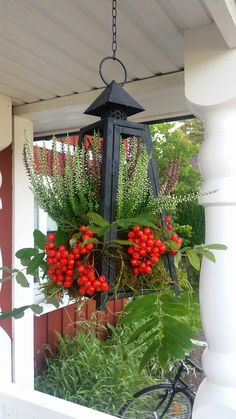 Heather, moss and rowan berries in a former lantern. Christmas Flowers, Christmas Decorations, Holiday Decor, Christmas Ideas, Garden Art, Garden Design, Jardin Decor, Small Space Interior Design, Beautiful Red Roses