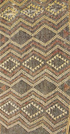 The usual kind of taniko border, with angular patterns in several colours. Polynesian People, Maori Designs, Pattern And Decoration, Maori Art, Country Landscaping, Historian, Natural World, Pattern Art, Ethnic