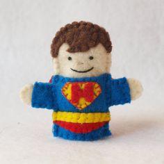 Marioneta del dedo de superhéroe con capa por KendrickStorytime