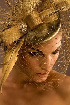 White and Gold Wedding. Gold Birdcage Veil and Feather Fascinator. Sombreros Fascinator, Gold Fascinator, Fascinators, Headpieces, Fancy Hats, Shades Of Gold, Love Hat, Mode Vintage, Derby Hats