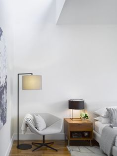 Image 12 of 22 from gallery of Counterpoint House / Paul Raff Studio Architects. Photograph by Ben Rahn / A-Frame Inc. Home Interior Design, Interior Architecture, Casa Top, Bedroom Nook, Bed Room, Master Bedroom, Blue Armchair, Best Modern House Design, Fashion Lighting