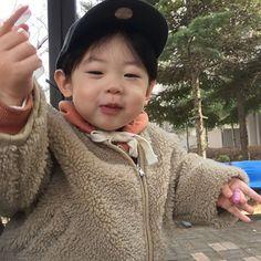 A imagem pode conter: 1 pessoa Twin Boys, Twin Babies, Kids Boys, Baby Kids, Cute Asian Babies, Korean Babies, Cute Babies, Breastfeeding Photos, Ulzzang Kids