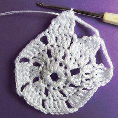 Vánoční dekorace: Návod na obháčkovanou kouli 8 Crochet Earrings, Blog, Tutorials, Ornaments