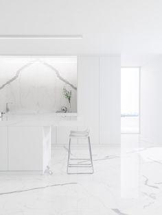 XLIGHT Premium Kala White Book Match - #URBATEK #Noken #krion #Systempool #PORCELANOSA - Gres porcelánico de fino espesor #precious #stones #marble #porcelain #tile #porcelaintiles #floors #ceramics #design #architecture #white #interiors #minimalism #lines #home #kitchen #countertop #laminate #polished