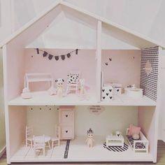Ik heb me toch zo'n leuke trend ontdekt! Poppenhuizen die helemaal anno 2017 zijn! Geen oud bollige meubeltjes, geen vreemde(lelijke)poppetjes en een heleboel zelf gemaakte spulletjes. Tipi's, hippe ballenbakken en zelfs een bedhuisje op maat 1:12! Ik mocht van een aantal trotse mama's hun poppenhuizen delen en ik werdt instant verliefd. Bij gebrek aan hobby's(NOT)bedacht … Modern Dollhouse Furniture, Barbie Furniture, Ikea Dollhouse, Kids Doll House, Creative Kids Rooms, Woodworking Inspiration, Barbie House, Miniature Houses, Girl Room