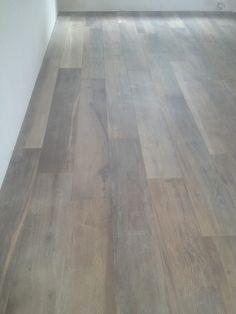 Voor een klant in Vijfhuizen hebben wij deze schitterende en uniekevloertegels, keramisch parket 180 cm. mogen leveren en plaatsen. Mede door zijn lange lengte en de enorme verscheidenheid inhet keramisch parket, krijg jebij deze vloer de ultieme hout beleving. Onze excuus voor de mindere foto kwaliteit. Meer informatie? Wilt u weten wat wij voor u … Timber Flooring, Hardwood Floors, Floor Show, Italian Villa, Bungalow, Sweet Home, New Homes, Architecture, Interior