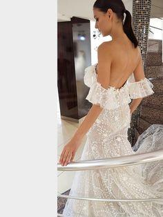 Figurbetontes, spitzenbesetztes Brautkleid im Fit and Flare-Stil. Fit And Flare, Lace Wedding, Wedding Dresses, Fashion, La Mode, Linz, Wedding Dress Lace, Dress Wedding, Bridal Gown