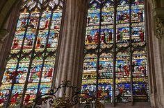 Vitraux - Invention des reliques de saint Etienne .Cathédrale Saint-Étienne. Sens (Yonne) -  Bourgogne
