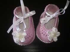 Estos zapatos son de ganchillo con hilo de algodón 100% a mano. Crochet botines de bebe en blanco y lila luz soles con una hermosa flor de cinta y perlas.  Estas zapatillas pequeño son perfectos para tus fotos de verano de los bebés, un regalo de la ducha. Botines son para recién nacido a 3 meses. Doble suela hace estos robusto y cómodo.  Lávala a mano en agua fría o aire seco se recomienda.  Estaría más que feliz de considerar órdenes de encargo. Póngase en contacto conmigo y haré todo lo…