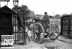 Tombereau vide passant l'octroi. Paris, 1906.