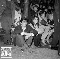Gala de l'Union des Artistes. Alain Delon (né en 1935), acteur français, et Juliette Gréco (née en 1927), chanteuse et actrice française. Paris, mars 1959.