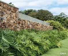 Jardim tropical possui espécies nativas com paisagem densa - Casa