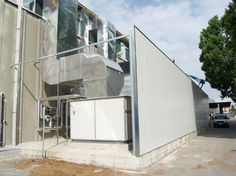Decisivo per l'intervento di insonorizzazione è stata  la schermatura dell'impianto di climatizzazione esterno al capannone con una pannellatura modulare in lamierato e lana di roccia all'interno.