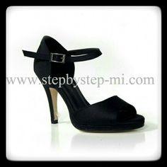 Sandalo in raso nero con zeppetta #stepbystep #scarpedaballo #danceshoes #sandali #sandal #salsa #bachata #kizomba #tango #nero #raso #Black
