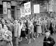 """Budapest, 1956. október 23. """"Megindultak a fiatalok az egyetemekről nemzeti színű zászlók alatt."""" [Magyar Nemzet, 1956. október 24.] Felvonulás a Bajcsy-Zsilinszky úton, a Paulay Ede utca torkolatánál. A Képzőművészeti főiskolások egy csoportja vonul, táblájukon a jelszó: """"Munkás- paraszt- értelmiségi összefogással előre a bátrabb követelésekért!"""" MTI Fotó: Jármai Béla Budapest Guide, Military History, Hungary, Revolution, Archive"""