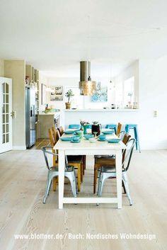 esstisch aus holz in der wohnk che wohnk che sockelleisten und esstische. Black Bedroom Furniture Sets. Home Design Ideas