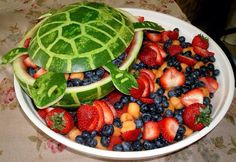 Very good idea for fruit salad Watermelon Fruit Bowls, Watermelon Carving, Fruit Salad, Carved Watermelon, Cute Food, Good Food, Fruit Creations, Fruit Arrangements, Gf Recipes