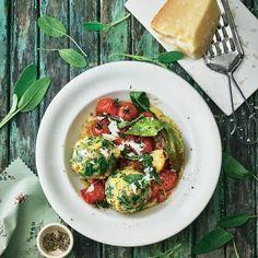 Parmesan-Spinatknödel mit Salbeibutter und Tomaten | BRIGITTE.de Parmesan, Caprese Salad, Bruschetta, Soul Food, Food Inspiration, Food And Drink, Veggies, Vegetarian, Healthy Recipes
