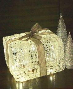 Jonkin aikaa sitten näin facebook-päivityksen narusta tehdystä valopaketista. Ohje vaikutti simppeliltä ja lopputulos oli silmiä hivele... Christmas Wrapping, Christmas Crafts, Christmas Ideas, Environmentally Friendly Gifts, Recycled Gifts, Ideas Hogar, Paper Light, Very Merry Christmas, Xmas