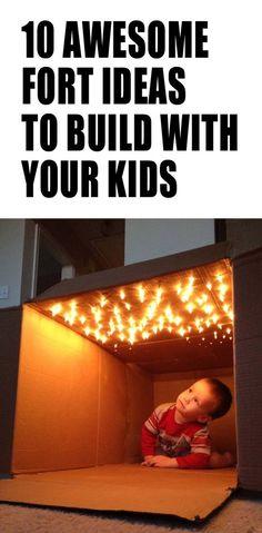 Maison en carton avec lumières de Noël au plafond