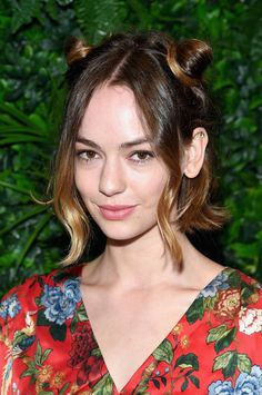 """Brigette Lundy-Paine, This """"Atypical"""" actress and her middle part bob are so cute. Short Hair Updo, Bun Hairstyles For Long Hair, Pixie Hairstyles, Short Hair Styles, Hairstyles Haircuts, Cool Hairstyles For Girls, Popular Short Hairstyles, Cool Haircuts, Brigette Lundy Paine"""
