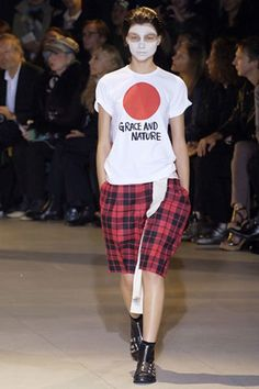 See the complete Comme des Garçons Spring 2007 Ready-to-Wear collection.