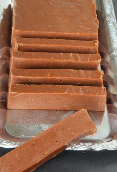 Förtrollande god fudge med en härlig smak av nougat! Candy Recipes, Baking Recipes, Holiday Recipes, Bagan, Christmas Desserts, Christmas Baking, Fudge, Chocolate Sweets, Homemade Candies
