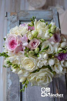 Bouquet romántico de rosa, rosa inglesa, fresias y lisiantus en blanco y rosa