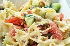 Op warme dagen eet ik het liefst salades als barbecueën er even niet in zit. Eén van mijn all-time favoriete maaltijdsalades is deze pastasalade. Als ik één salade zou moeten uitkiezen die ik het allerliefst eet dan is het ongetwijfeld…