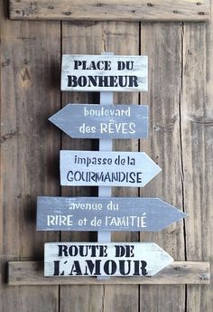 Customizable directional sign board with wooden arrows of puck . Palette Deco, Wooden Arrows, Hobby House, House Yard, Deco Boheme, Directional Signs, Wood Picture Frames, Vintage Design, Wooden Pallets