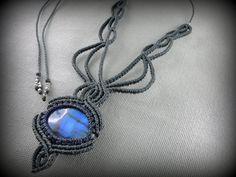 Vous recevrez ce collier gris en macramé tissé autour dun magnifique cabochon de labradorite aux jolis reflets bleus. Son design élaboré ornera