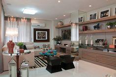 Em sintonia com o estilo de vida dos moradores deste apartamento, em Florianópolis, arquitetos desenvolvem projeto com soluções atuais e diferenciadas. Um apartamento moderno e descontraído, planejado para dois amigos solteiros que dividem o mesmo espaço. Esse foi o objetivo do projeto assinado pelos arquitetos Luiz Fernando Zanoni e Thaís Zimmermann, do escritório ArchDesign Studio. …