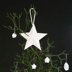 Não precisa custar os olhos da cara. Precisa ter a sua cara!! Uma plantinha, enfeites de papel feito a 6 mãos e muito amor envolvido. Essa foi a nossa decoração natalina desse ano. Remetendo nosso sentimento de gratidão com a simplicidade que Cristo nos ensinou.  Ainda dá tempo... Vai, faz a sua #decornatalina e conta aqui pra gente. ⭐♥ #decoracaonatalina #decornatal #mesanatal #natal #scandinavianchistmas
