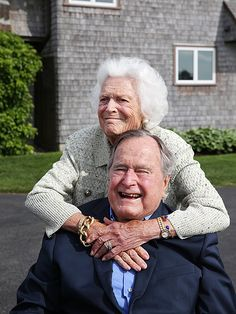 Former President George H. Bush and Former First Lady Barbra Bush at their compound Presidents Wives, Greatest Presidents, American Presidents, Barbara George, George Hw, George Bush Family, Bush George, First Lady Of America, Presidential Portraits
