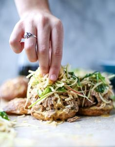 smoky pulled pork sandwiches with spiralized apple slaw I Simply filling friendly. Cut pork into chunks and cook in Instant Pot on the Meat/Stew setting with 10 min natural release. Pork Recipes, Slow Cooker Recipes, Healthy Recipes, Recipies, Weekly Recipes, Savoury Recipes, Salad Recipes, Pasta Sin Gluten, Pulled Pork Sliders