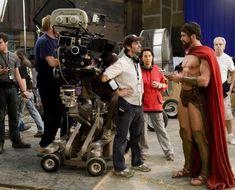 O diretor Zack Snyder encara seu herói (Gerard Butler) no set de 300.