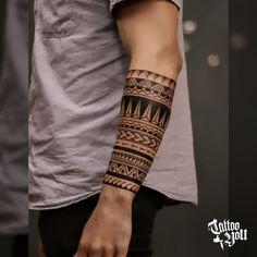 Tattoo feita pelo @filipe_tattooyou. Tenha uma experiência marcante no Tattoo You. Somos considerado estúdio referência na América Latina, com mais de 40 Anos de experiência. Todas as criações produzidas pelos nossos profissionais são desenhos exclusivos para cada cliente. Aqui não existe catálogo de desenhos! Venha conhecer nossa Cultura e Lifestyle, a equipe fará você sentir-se em casa. Tatuagem, é no Tattoo You!Para agendamento, venha nos visitar no Tattoo You Villa Lobos… Tribal Band Tattoo, Tribal Forearm Tattoos, Geometric Art Tattoo, Armband Tattoos For Men, Armband Tattoo Design, Cool Forearm Tattoos, Band Tattoo Designs, Maori Tattoo Designs, Small Feather Tattoo