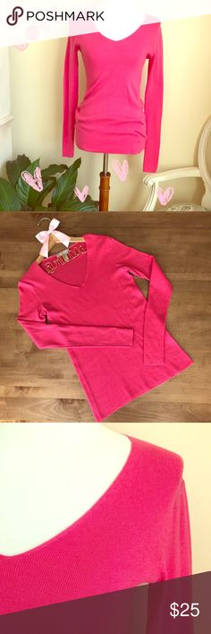 ❤️Banana Republic Pink V-Neck sweater Banana Republic Pink (fuchsia ) V-Neck sweater in a cotton wool blend. EUC. Perfect for Valentine's Day! 💞💞💞 Banana Republic Sweaters V-Necks