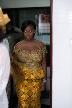 nigerianische hochzeit Dress Like a Queen With These Kente Traditional Attires - MOMO AFRICA First Photos from John Dumelos traditional wedding in Ghana - Eventlabgh African Lace Dresses, Latest African Fashion Dresses, African Dresses For Women, African Print Fashion, Ghana Traditional Wedding, Traditional Wedding Dresses, African Wedding Attire, African Attire, Kente Dress