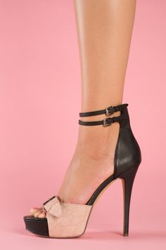 High stiletto for your spring and summer outfits - also available in cognac #shoes #black