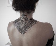 Ornamento hermoso tatuaje en la espalda