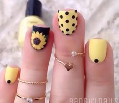 Base amarilla con decoración en pedrería negra... Base amarilla con decoración de puntitos en color negro... Base negra con decoración de un girasol...